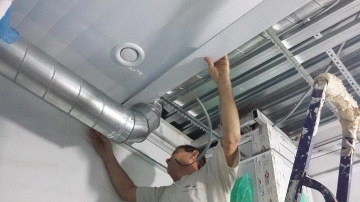 Процесс монтажа вентиляции на кухне